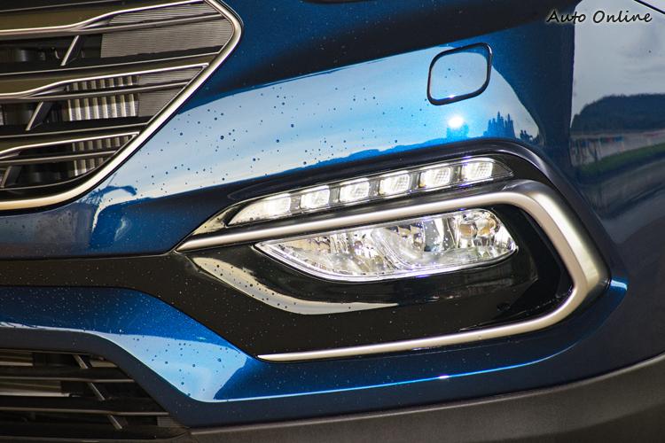 新霧燈設計加入鍍鉻飾條包圍並在上方加入LED日行燈。