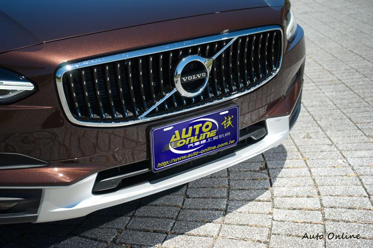 Cross Country車型水箱罩為鍍鉻點綴黑色式樣。