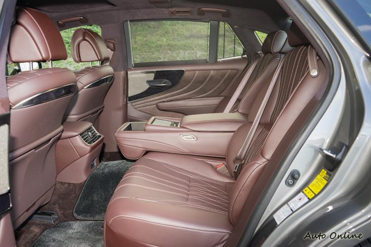 後座除多向調整外,按摩、電熱/出風功能也都不缺。