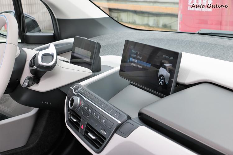 雙螢幕設計,一個是儀錶板專用,一個是iDrive影音系統專用。