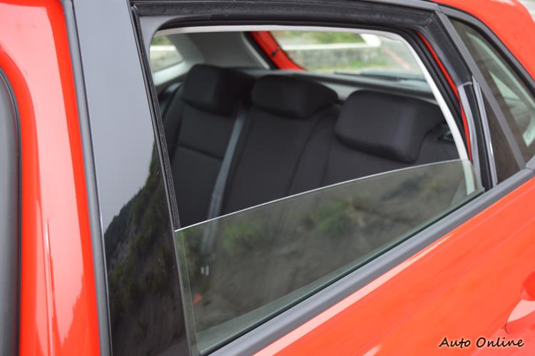 後車窗玻璃無法降到底,最低只能降到剩下三分之一。