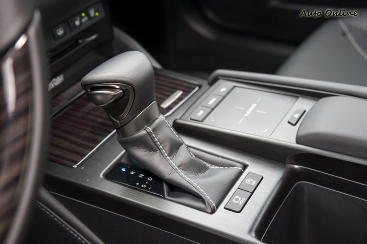 八速手自排變速箱提供綿密的動力銜接。