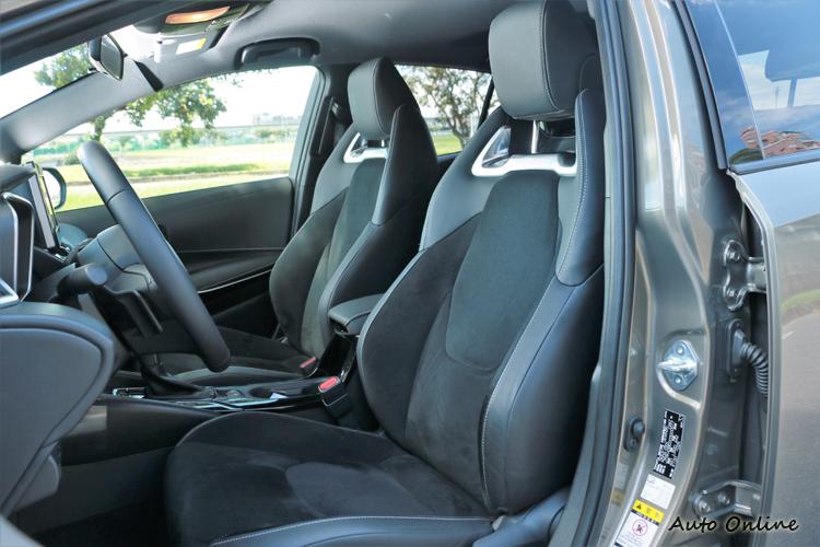 類麂皮的座椅材質,內裝有黑色與紅黑內裝兩種可選擇。