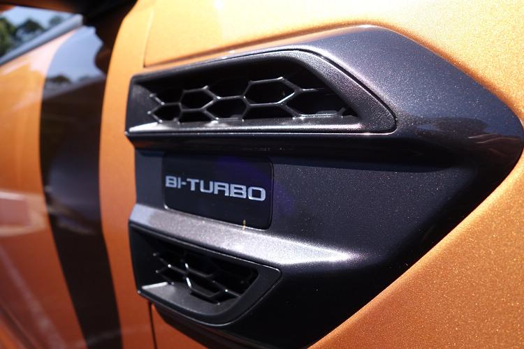 車測葉子板上方嵌入Bi-Turbo徽飾,表明了它的動力心臟特色。