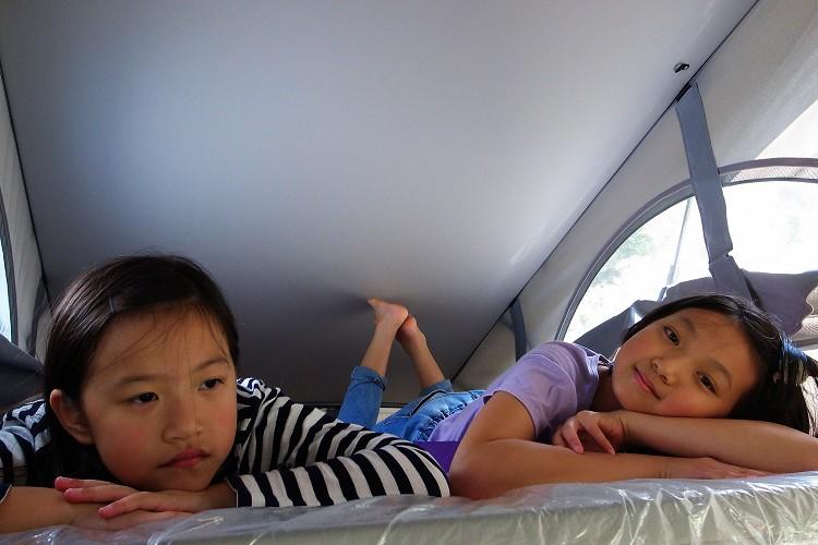 車頂的床位受到小朋友喜愛,並非樓上比較舒適,而是享受爬高爬低的過程。