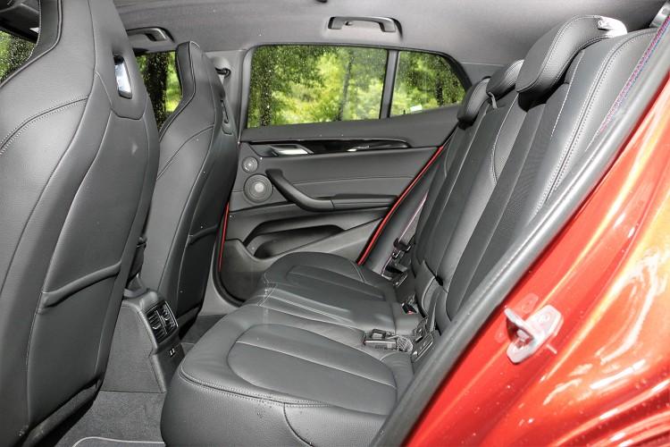 後座與一般車型相同,座椅與前座相同有特殊縫線和M款縫線安全帶。
