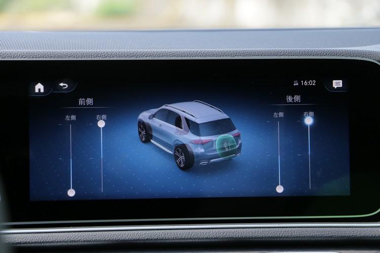 E-ACTIVE BODY CONTROL可透過螢幕獨立設定四個車輪的高度。