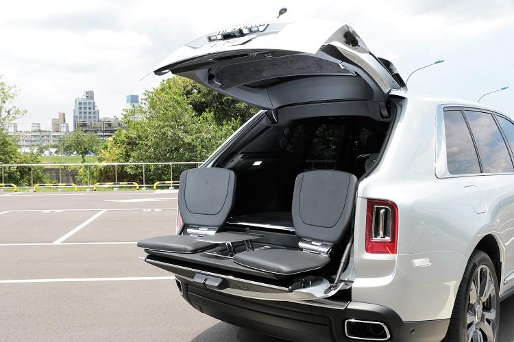 試駕車選配「Viewing Suite」座椅設計,輕輕一按、設置於後車廂內並背向車廂的兩張極具現代感的頂級真皮座椅與茶几便會自動打開。