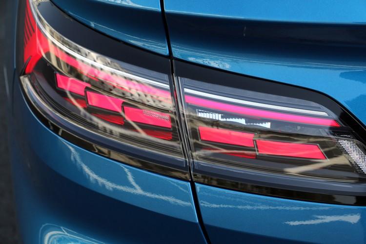 LED尾燈內部燈組是採用立體排列方式,同時也有動態轉向燈功能。