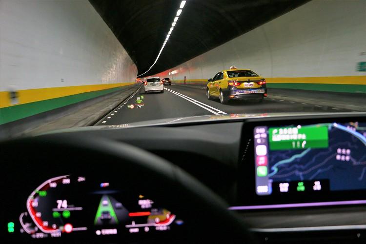 大面積的抬頭顯示幕,可更容易判讀車輛狀態。