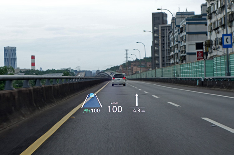 不同於Arteon採用的透明投影板,Golf抬頭顯示器是直接將影像投射在擋風玻璃上,清晰度與質感都更好。