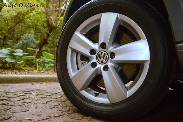 五輻式鋁合金鋼圈,搭配225/55R16輪胎尺寸規格。