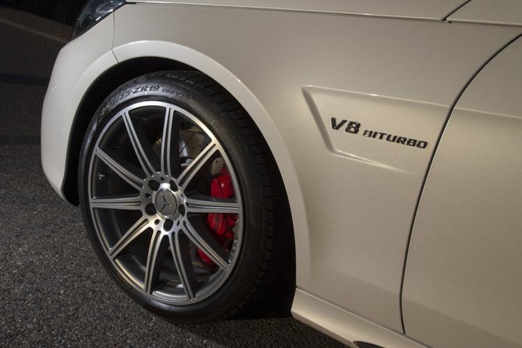 5.5升V8雙渦輪增壓汽油引擎,紅色卡鉗與19吋輪框彰顯E63 S AMG的非凡實力。
