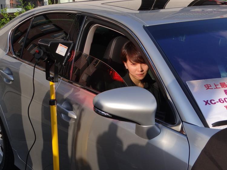 實際坐在車內,體驗桑瑪克XC-60T紫晶隔熱紙隔絕熱光源的能力(筆者也有下去體驗,關上窗後真的感受不到熱光源所傳出的熱度)