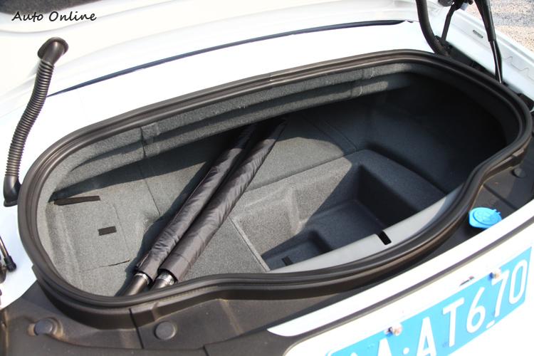 行李空間尚可,電瓶和雨刷水為了配重已經移至車尾。
