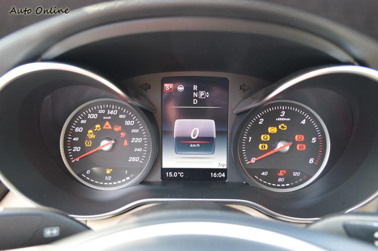 雙環儀表加上中央顯示幕一向是賓士年輕系列或跑車版的設定,表示C-Class是在年輕跑格與豪華中取得平衡的中央伍設計。