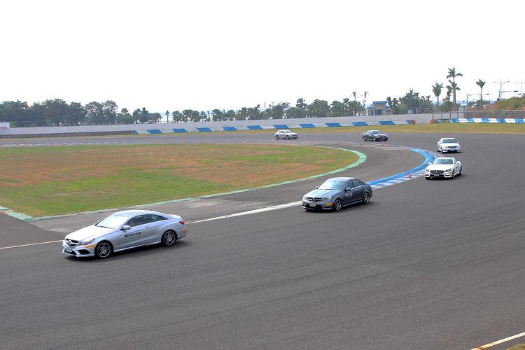 車道變換訓練中,帶頭的教練會隨時提示煞車與補油的時機。