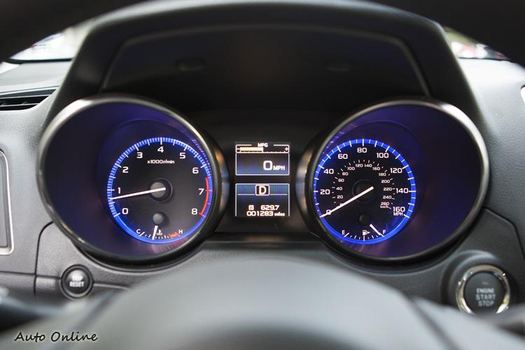 雙筒式儀錶中間夾著5吋彩色液晶行車資訊顯示幕。