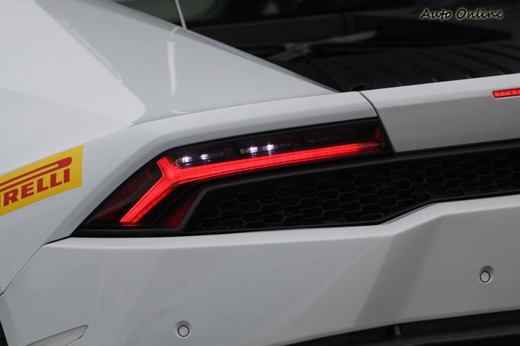 作為量產車中首見的全LED照明車款,雙Y日行燈和尾燈使它的辨識度更好。