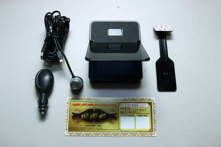Smart HUD抬頭族抬頭顯示器基本配置為主機、USB控制與電源線組總成、12V電源轉接頭、安裝券與主機固定支架。