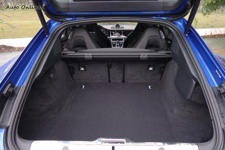 超大開口的尾門讓取放物品更輕鬆,椅背折疊設計也提高了載物容積的極限。