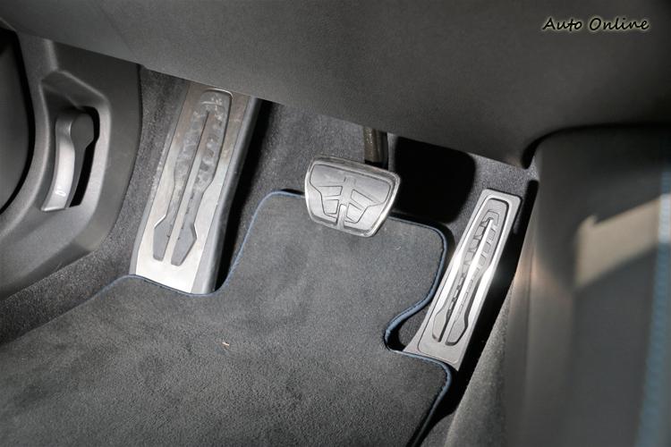 金屬飾板外面增加防滑塑膠材質,就算在濕滑的雨天,鞋底也不易滑落。