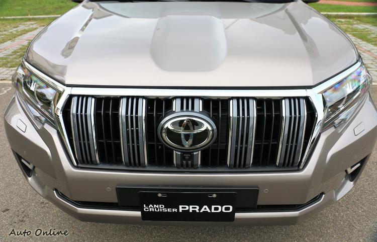 視部分以鍍鉻與黑灰交錯的進氣壩設計,結合銳利的LED頭燈造型。