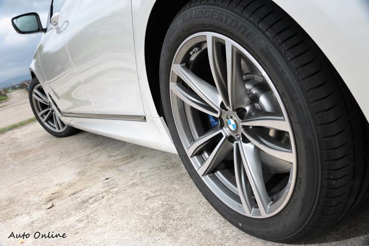 鋁圈部分換上M Sport雙輻式造型19吋規格,標準配胎為普利司通防爆輪胎。