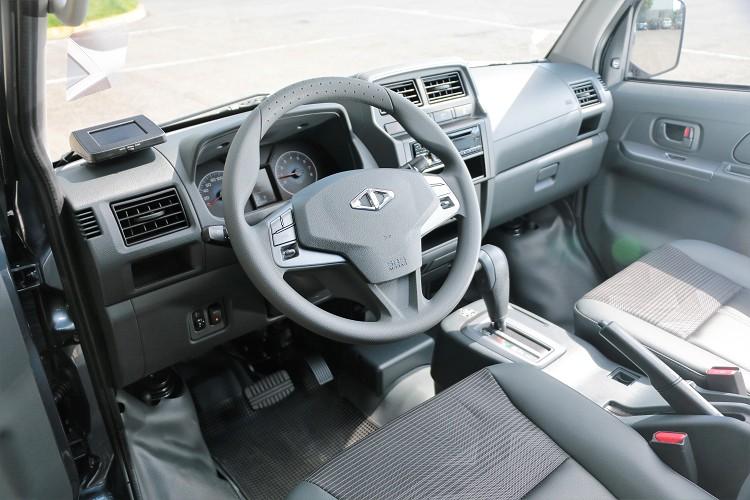 進到車內我只能說它非常簡單,看不到多餘配備,每一項配備的出現都有它存在必要。