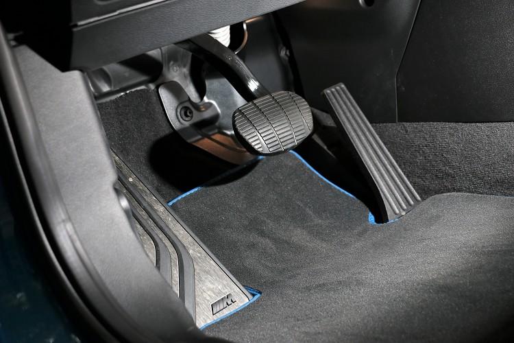立柱式的油門是BMW最基本不過的標準配備。