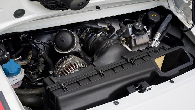 小改款引擎排氣量由3.6升增加至3.8升,下壓力更較改款前提升了一倍以上。