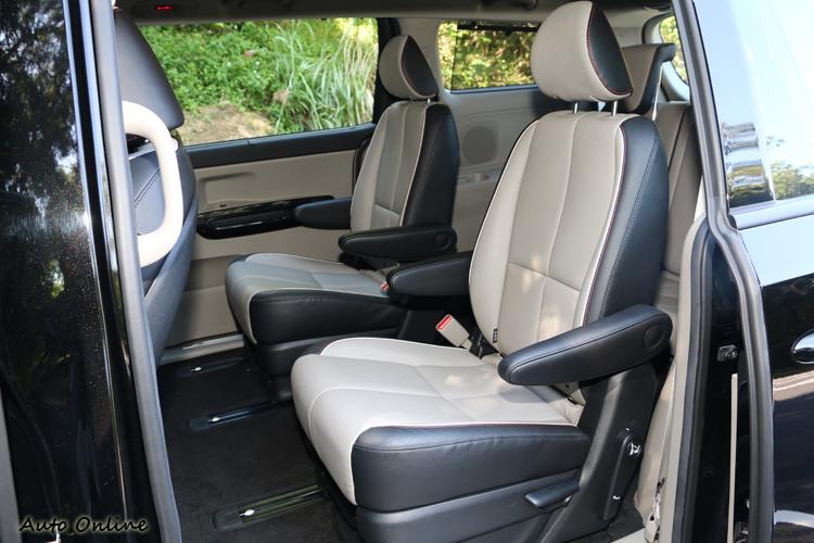 試駕的七人座車款中排為雙獨立座椅設定,各自可前後滑移並調整椅背,同時設有雙扶手以提升乘坐舒適度。