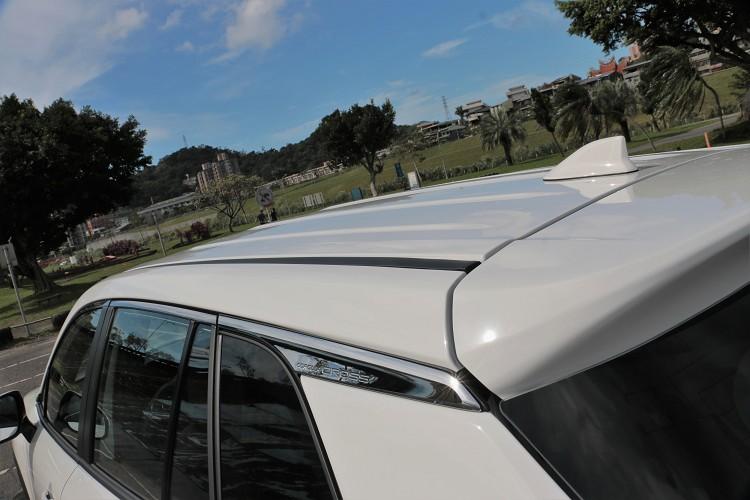 原廠車頂沒有配置車頂架,如果真有置物需求就必須另外選購配件。