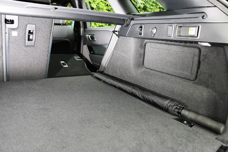 新年式在行李廂左右兩側增加椅背快速傾倒拉桿。