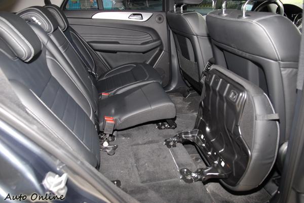 ML的後座椅墊往前翻,椅背倒下能有更平整的行李廂空間,但這角度可以發現椅墊的厚度不足。