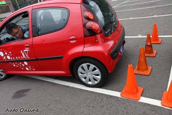 面對這種狹小停車位,原廠倒車雷達就嫌過度敏感了,此時回歸轉頭看車尾的動作是很好的方法,但實際上能看到車尾的障礙筒部份相當有限。
