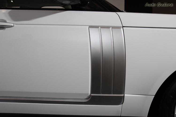 原本的車側進氣口上移後,原廠在車門上裝上象徵性的飾板,已經沒有實際的功能了。