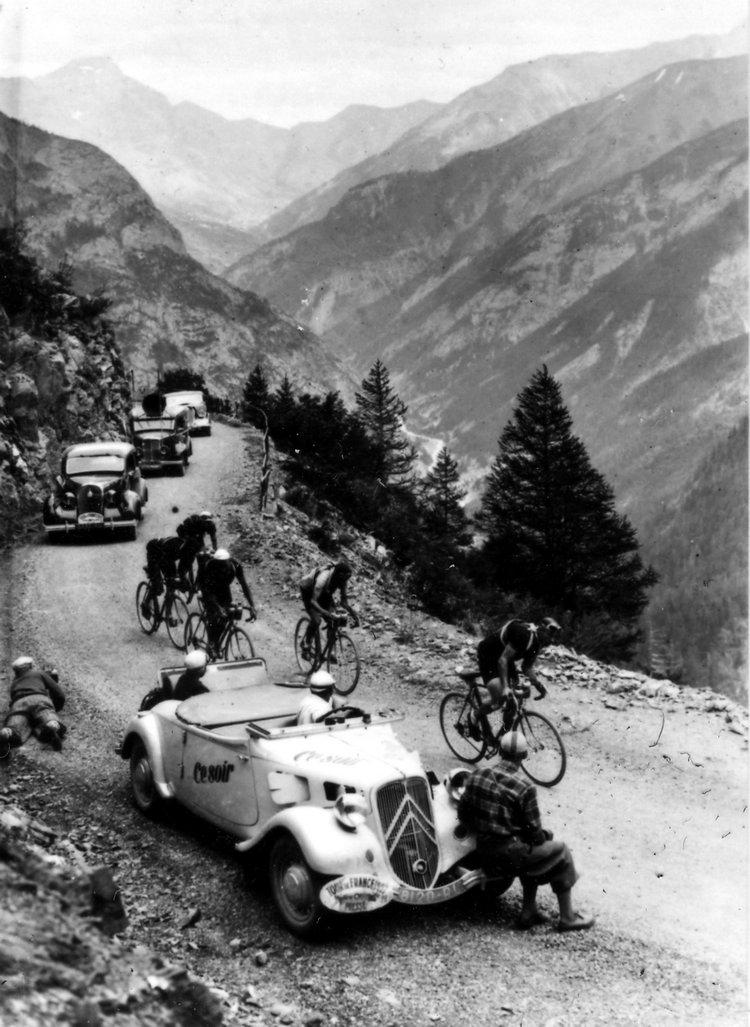 媒體記者開著Traction Avant拍攝1937年環法自行車大賽的爬山路段。