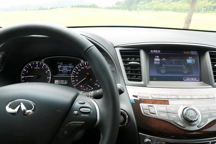 透過儀表板與中控台上方螢幕,可隨時監控目前電動馬達與引擎出力狀態。