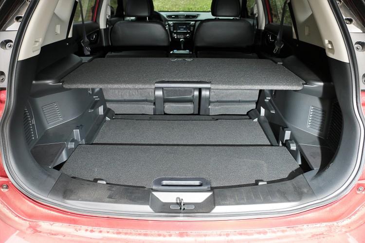 原本便有451升容積,藉由椅背傾倒以及層板改變大大增加置物空間。