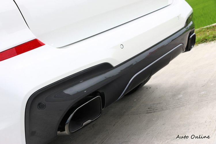 黑色高光澤材質的雙邊矩形排氣尾管,替休旅車增添跑格元素。