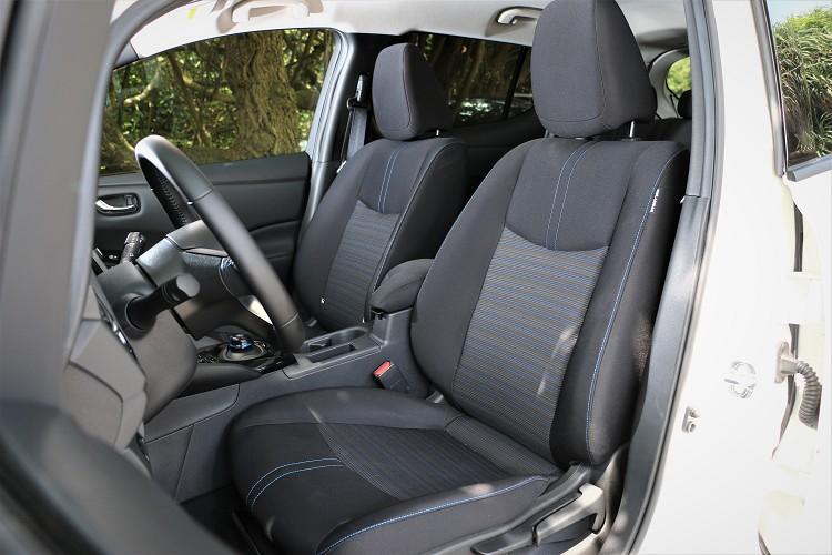 座椅採用可回收特殊不織布材質,質感舒適且兼具冬暖夏涼特性。