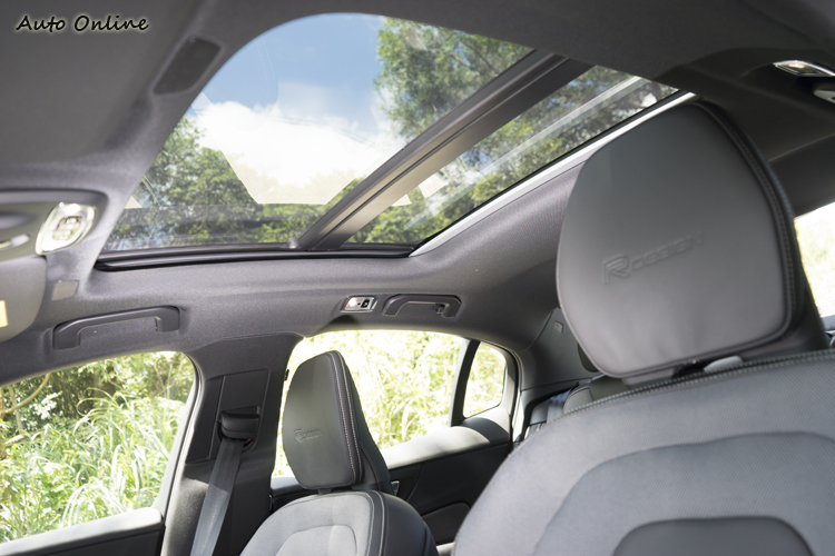 具防夾功能的電動全景天窗。