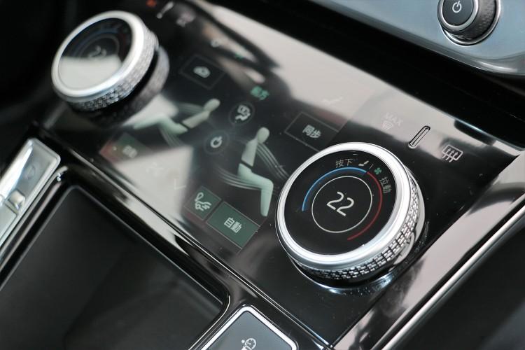 雙區恆溫空調旋鈕不單只有調節溫度還有座椅加熱。
