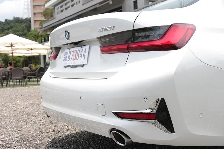 車尾保桿的鍍鉻造型與前保桿相同互相輝映。