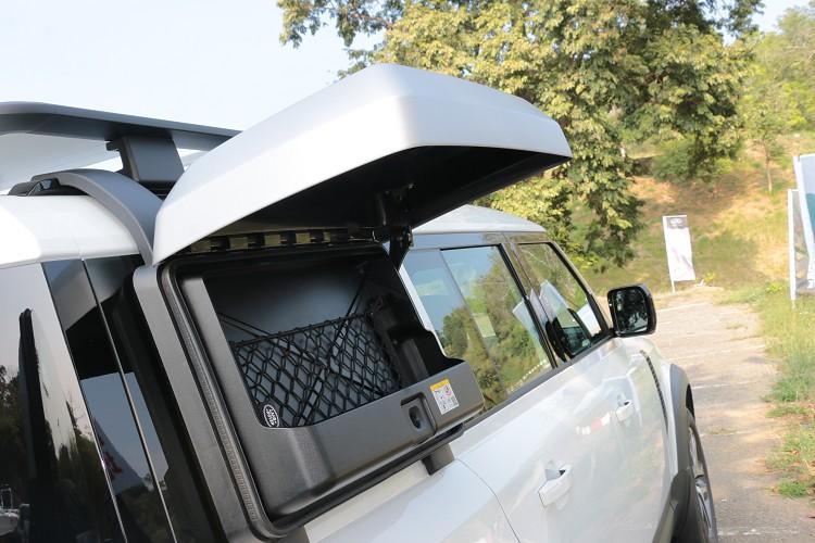 選擇不同專屬套件在車身外觀會有不同配件,像是探險家套件就會在車側安置一個收納箱。