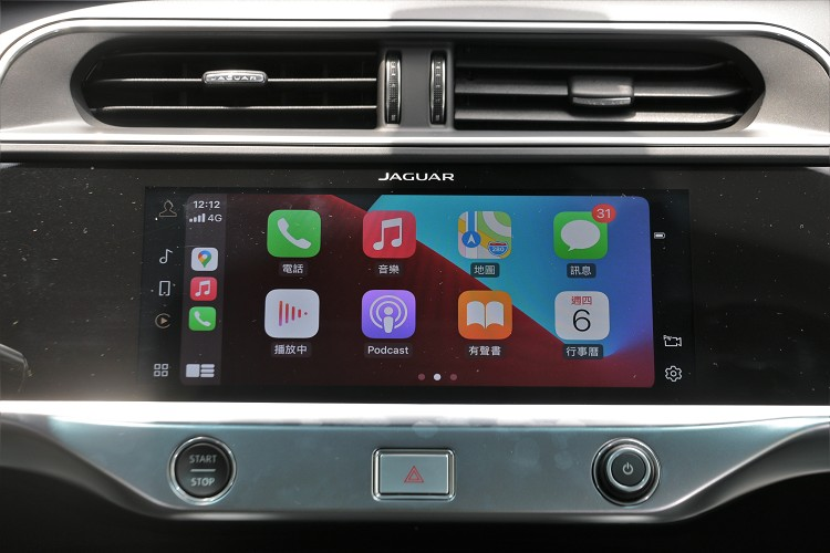 Touch Pro Duo 智慧多媒體雙觸控中控台顯示幕,再加上Pivi Pro系統,支援Apple CarPlay與Android Auto功能。