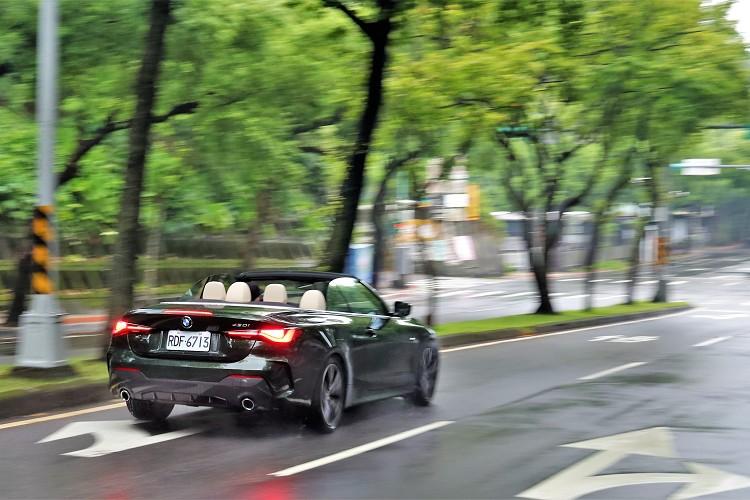 Convertible比起Coupe增加170公斤,靜止加速到百公里慢了0.4秒,通過時間需6.2秒。