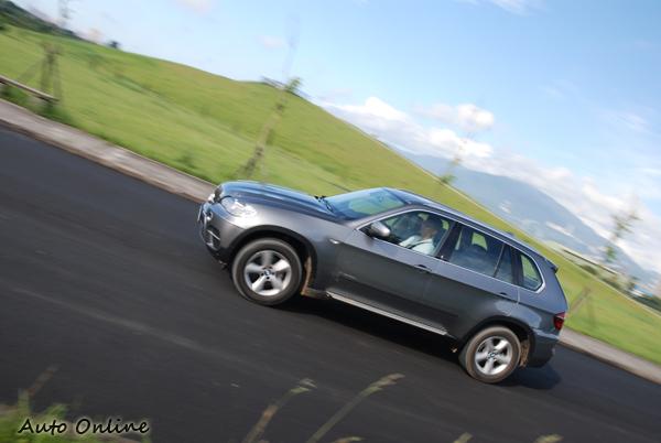X5從靜止加速到100km/h為7.6秒,比起ML的7.4秒只慢了0.2秒,極速為233km/h。