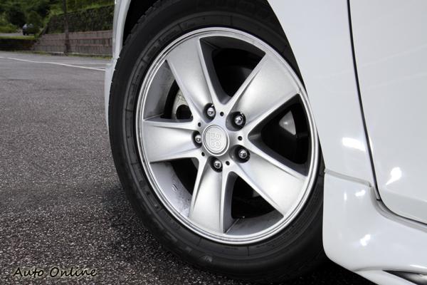 215/55R16的鋁圈配置,輪胎為國產飛達輪胎,行進間的肅靜度表現不錯,動態抓地力較顯不足。